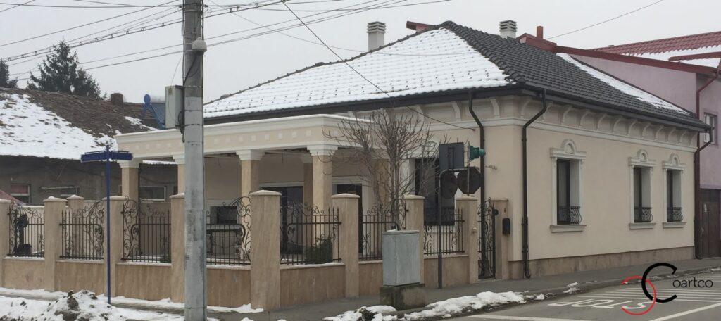 Profile decorative din polistiren CoArtCo montate pe fatada casa rezidentiala