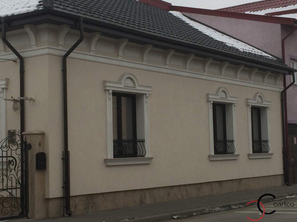 Fatada casa cu ancadramente pentru ferestre si cornisa cu console