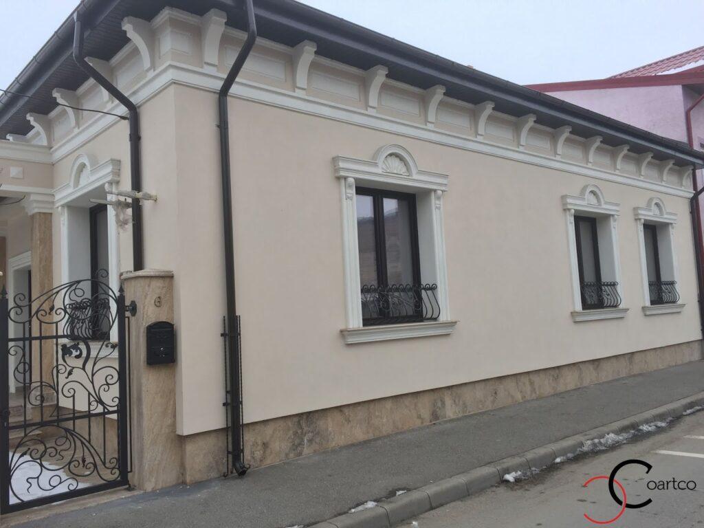 Ancadramente pentru ferestre si cornisa cu console montate pe fatada casei