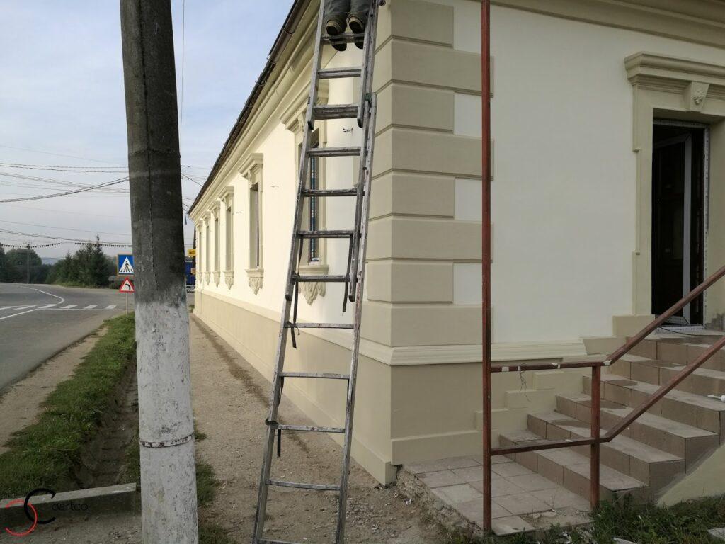 Montaj profile decorative din polistiren CoArtCo pe fatada casei