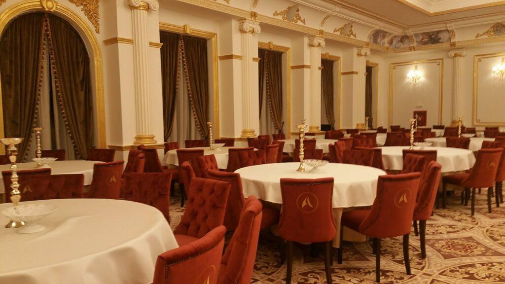 Sala de evenimente cu profile decorative din polistiren CoArtCo pentru interior
