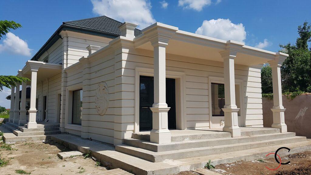 Terasa cu structura metalica si coloane patrate decorative din polistiren CoArtCo
