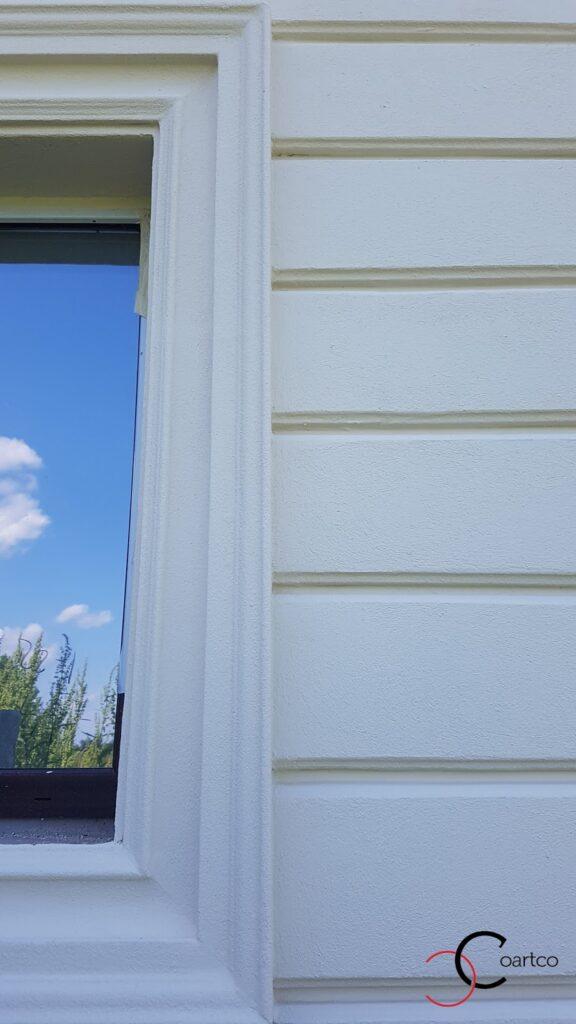Ancadrament geam pe fatada casei cu panouri decorative
