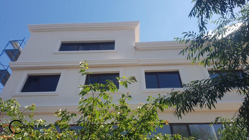 Ancadramente si cornisa decorative din polistiren CoArtCo pentru fatada cladire comerciala