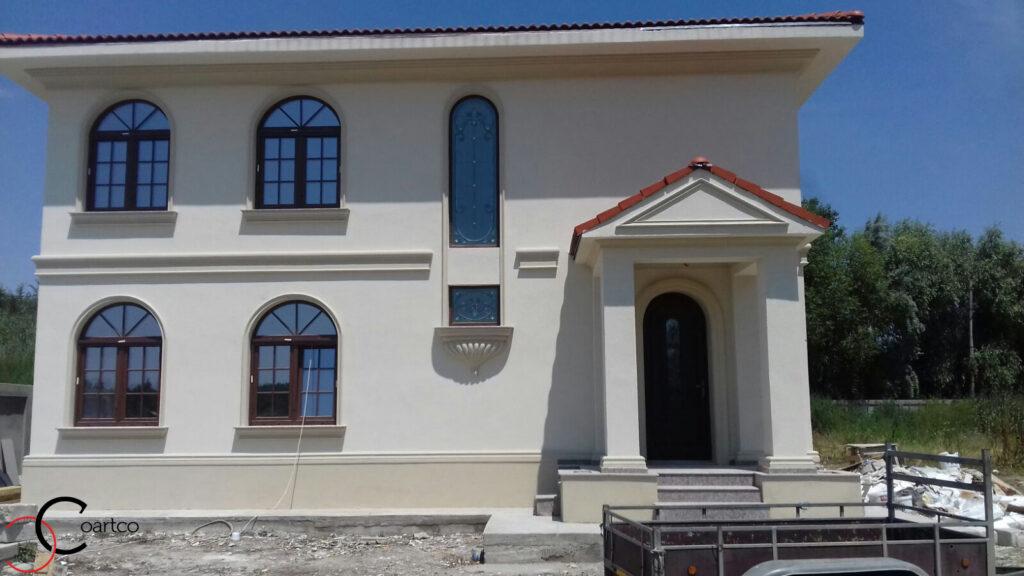 Profile decorative din polistiren CoArtCo pe fatada casei cu fronton la intrare