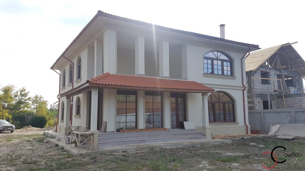 Fatada casa cu cornisa si kituri pentru ferestre cu arcada