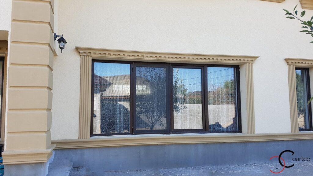 Ancadrament decorativ pentru ferestre cu soclu din polistiren CoArtCo