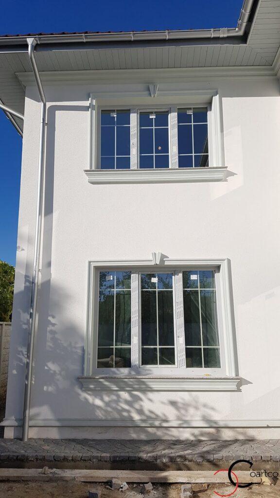 Kituri ferestre cu solbanc si cornisa pentru fatada casa