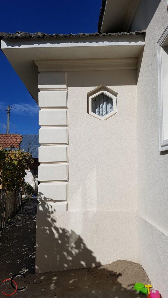 Bosaj si ancadrament in adancime pe fatada casei