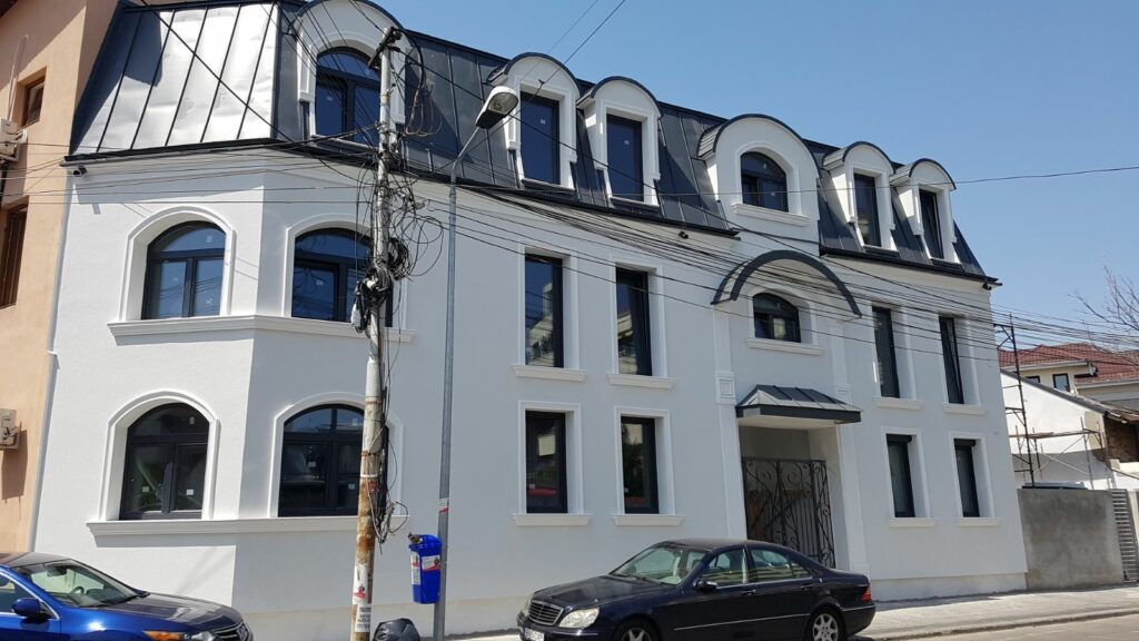 Fatada casa alba cu profile decorative personalizate din polistiren CoArtCo