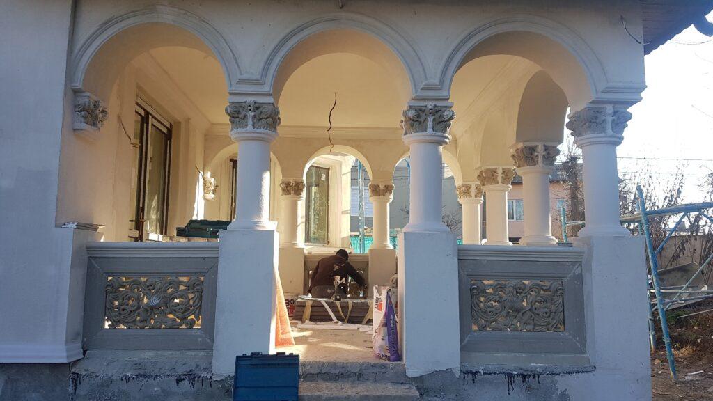 Montaj mana curenta din beton cu panouri decorative traforate si coloane cu arcade