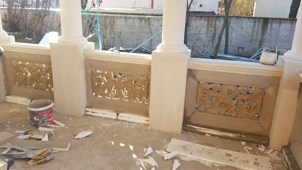 Montaj panouri decorative traforate personalizate cu mana curenta din beton in mulaj din polistiren CoArtCo
