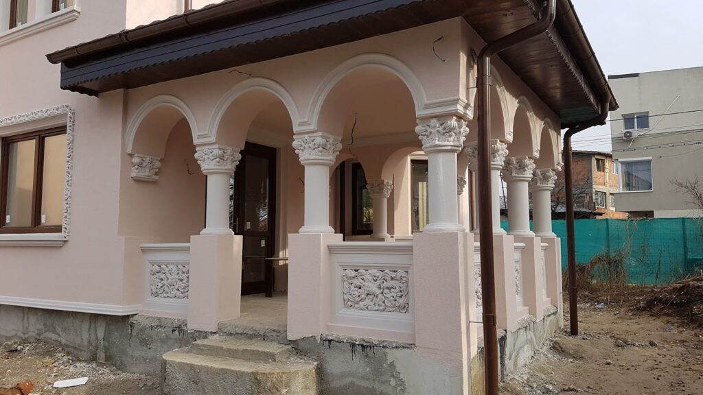 Terasa neoromaneasca cu panouri traforate si coloane cu arcade din polistiren CoArtCo