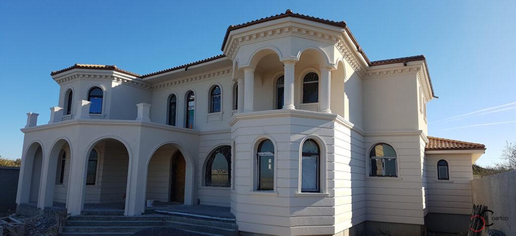 Fatada casa mediteraneana cu profile decorative din polistiren CoArtCo