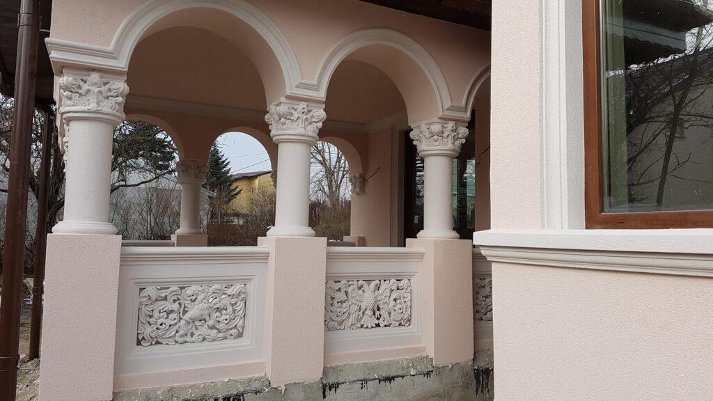 Intrare casa cu coloane si arcade si panouri decorative CoArtCo