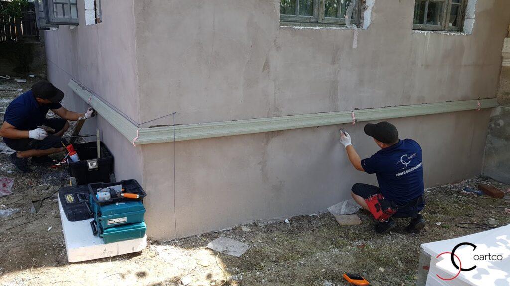 Echipa montaj profile decorative CoArtCo proiect social casa