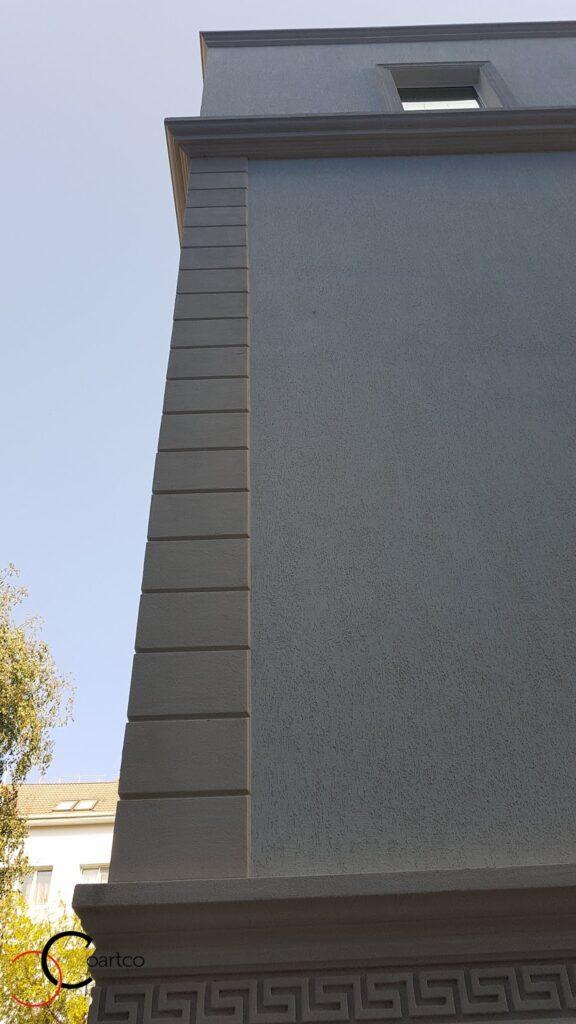 Fatada casa cu placi de bosaj si profile personalizate din polistiren CoArtCo