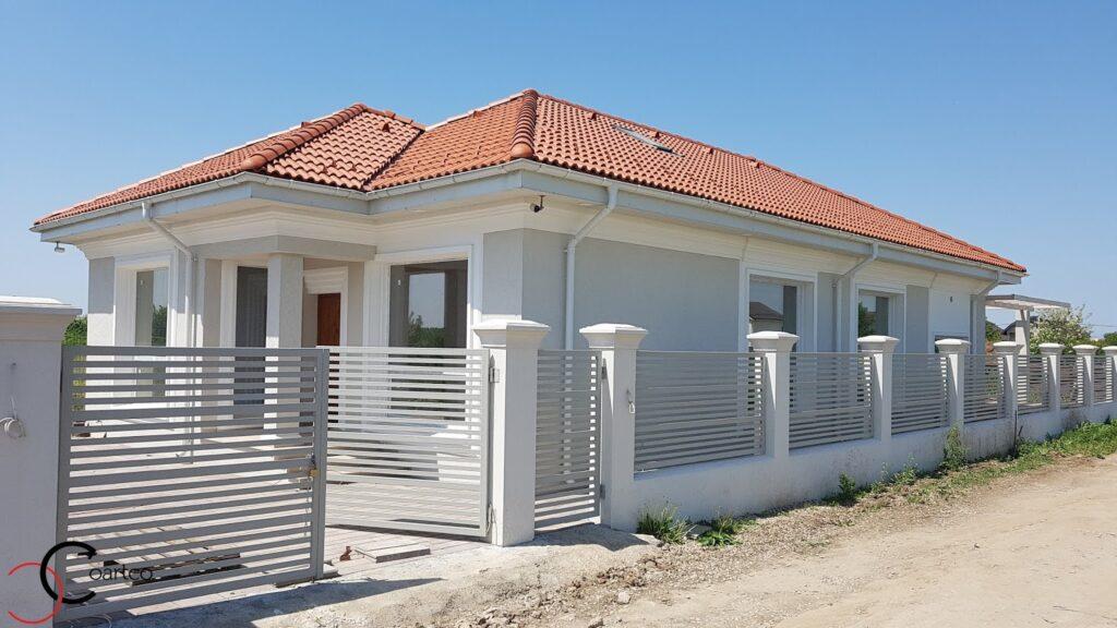 Design de fatada casa cu elemente decorative