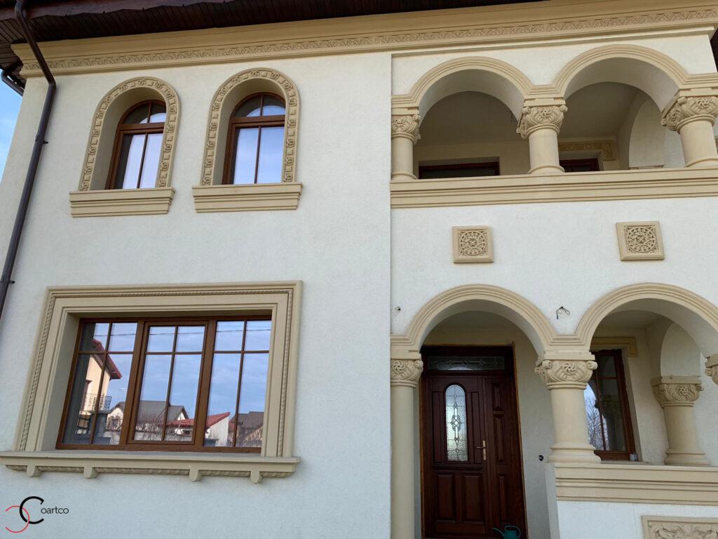 Ancadramente arcade si coloane in stil neoromanesc