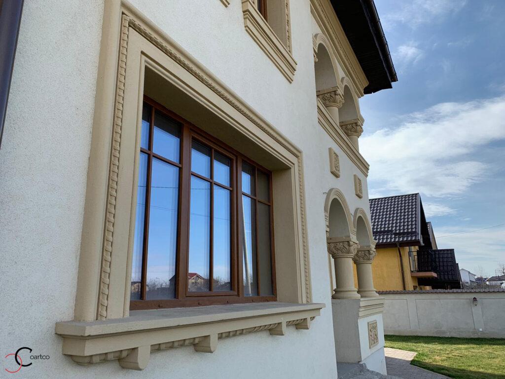 Ancadramente decorative din polistiren CoArtCo pe fatada casa neoromaneasca