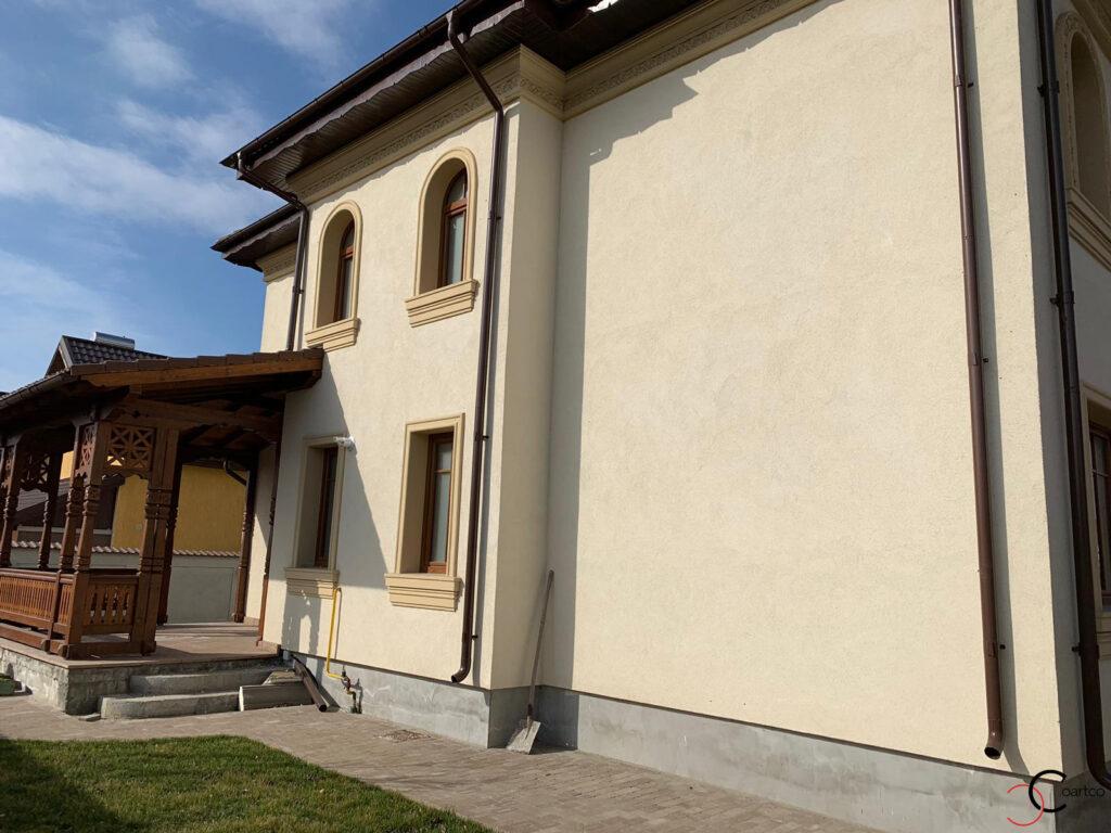 Profile din polistiren CoArtCo pentru fatada casa in stil neoromanesc