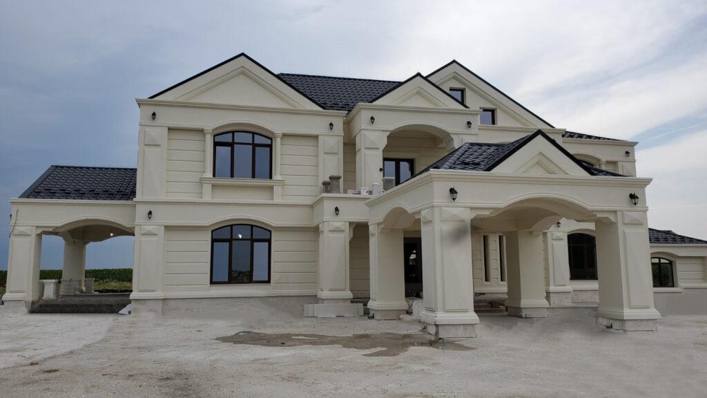 Fatada casa cu elemente arhitecturale personalizate din polistiren CoArtCo