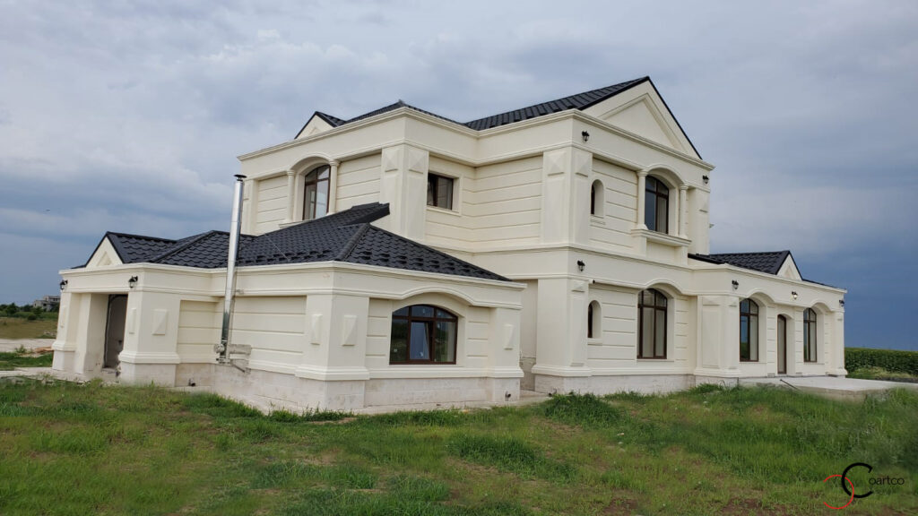 Fatada casa cu elemente arhitecturale din polistiren CoArtCo