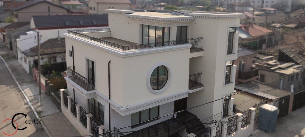 fatada casa renovata cu profile decorative coartco