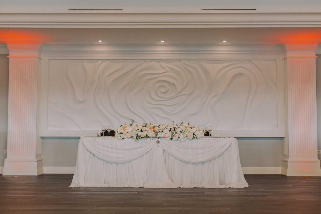 Panou decorativ din polistiren in spatele mesei mirilor in forma de trandafir